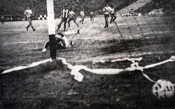 Rubén Deleva, arquero de Alfonso Ugarte, solo observa el balón que yace dentro de su pórtico luego del gol marcado por César Cueto en el 2-0 con el que Alianza ganó el Descentralizado B (Recorte: diario La Crónica)