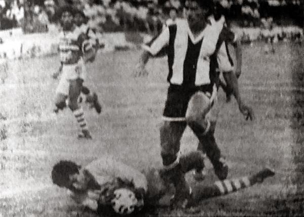 El arquero Lozano del Cañaña logra embolsar la pelota antes que Raúl Mejía logre conectarlo en un ataque de Alianza (Recorte: diario La Crónica)