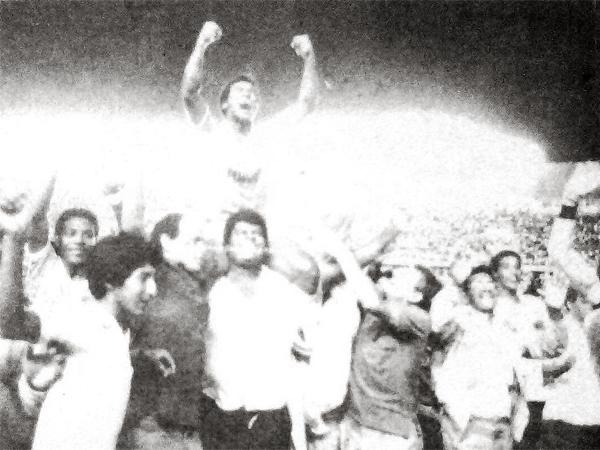 Las festejos celestes en la cancha del estadio Nacional luego de conquistar el título de la temporada 1988 (Recorte: diario La Crónica)