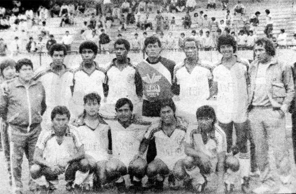 El Deportivo Junín de 1989 tuvo a Carlos Delgado, al centro entre los hincados, como su goleador y figura del campeonato (Recorte: diario La Crónica)