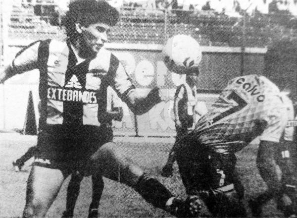 La única imagen que se publicó sobre el partido en diarios no fue del cotejo en sí, sino una de archivo del encuentro entre Aurora y Mina San Vicente por la Liguilla de 1989. (Recorte: diario La República)