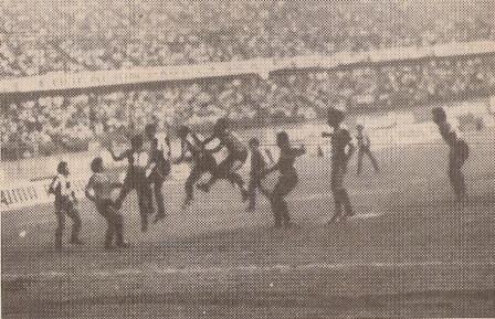 Escena del partido que Mina San Vicente le empató a Alianza Lima en el Nacional por la Liguilla del I Regional de 1989 (Foto: revista Todo Fútbol, N° 5 p. 3)