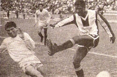 Manuel Earl dispara ante José Antonio Trece en uno de los varios clásicos disputados por el Torneo Plácido Galindo, en 1989. (Recorte: revista Todo Fútbol)