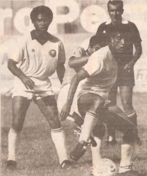 Juan Illescas fue uno de los principales refuerzos interistas para la campaña de 1989. Acá aparece observando una acción en un partido ante Cristal (Recorte: diario El Comercio, suplemento Deporte Total)
