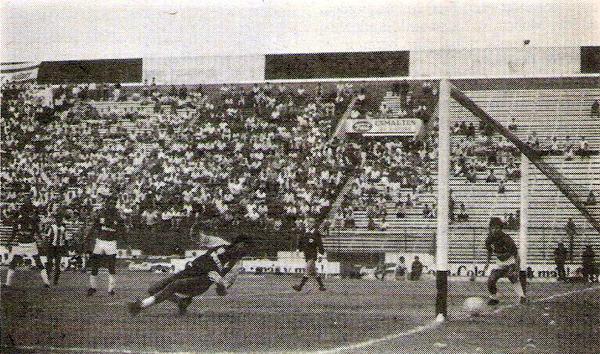 Meteor jugando en Matute contra Alianza Lima en un partido válido por el campeonato de 1989 (Recorte: revista Todo Fútbol)