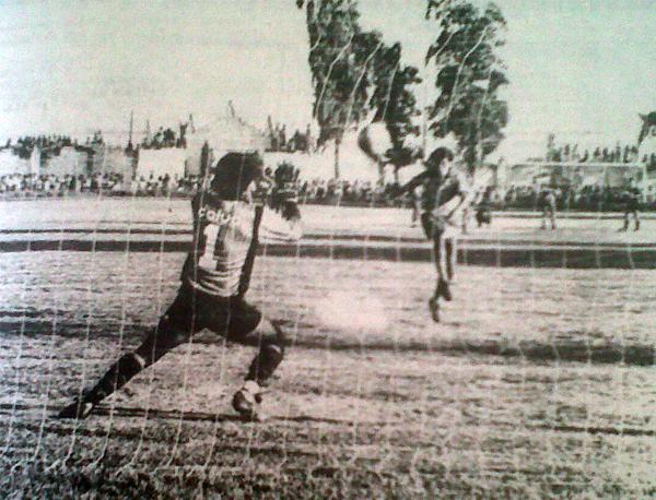 El momento cumbre en Cañete: Luis Gonzales convierte su penal ante la inútil resistencia del meta Ángel Romero. San Agustín salvó así la categoría en 1990. (Recorte: diario La Crónica)
