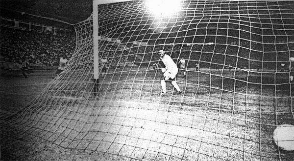 Ernesto Aguirre ya superó a Gustavo Gonzales que solo atina a mirar el balón en las redes en el gol que sentenció el partido y el título para los huaralinos (Recorte: diario El Comercio)