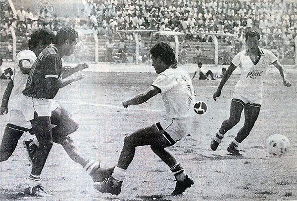 Éver Guevara en acción con Cañaña, en el triunfo sobre Aurich por el II Regional Norte 1989. (Foto: diario La Industria de Chiclayo)