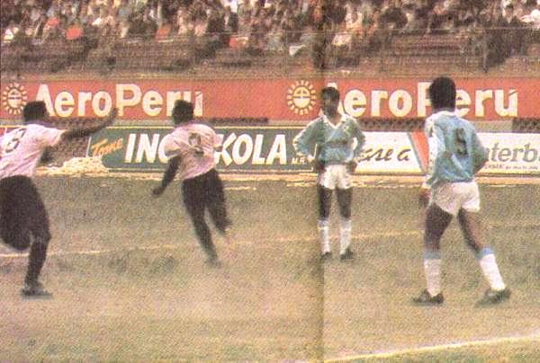 Gol de Oswaldo Flores para la victoria de Sport Boys sobre Sporting Cristal en el II Regional Metropolitano de 1990. El rosado había sido el último equipo ascendido al que los celestes no habían podido vencer en una temporada. (Recorte: diario El Comercio, suplemento Deporte Total)