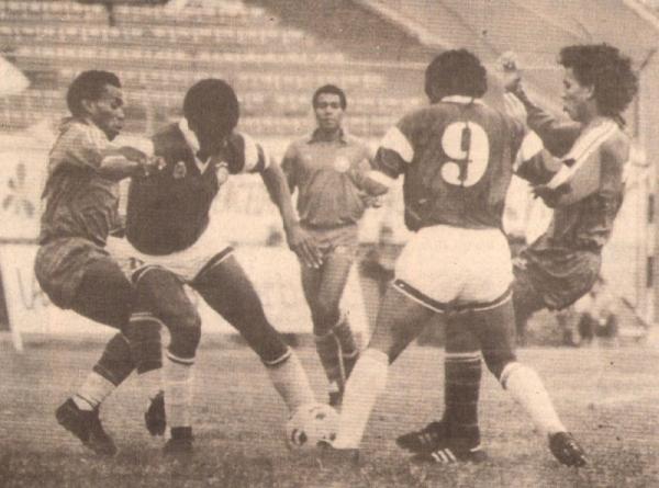 En acción ante Defensor en 1990. Ganó 'Inter' 3-1 (Recorte: diario El Comercio, suplemento Deporte Total)
