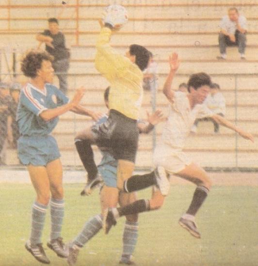Frente a la 'U' en 1991. El golero Colina atenaza ante la carga de 'Puchungo' Yáñez (Recorte: diario El Comercio, suplemento Deporte Total)