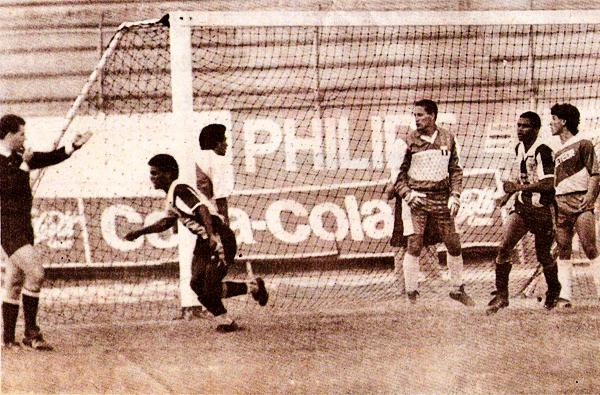 Gol de Alianza sobre el arco del Meteor defendido por un joven Christian Del Mar (Recorte: diario El Comercio, suplemento Deporte Total)