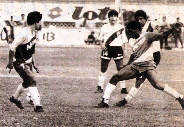Choque entre Municipal y Meteor durante el torneo de 1990, año en el que Meteor acabó por descender (Recorte: diario El Comercio, suplemento Deporte Total)