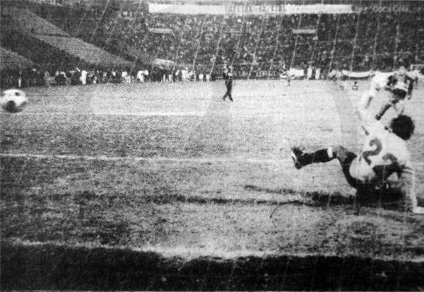 El penal decisivo de Juvenal Briceño que selló la victoria de Melgar en penales sobre Alianza Lima en 1990 (Foto: diario El Comercio)