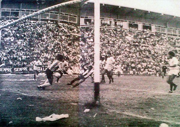 Con este cabezazo, Rosinaldo le salvó la cabeza a José Carlos Amaral en el primer clásico de 1990. (Foto: diario El Comercio)