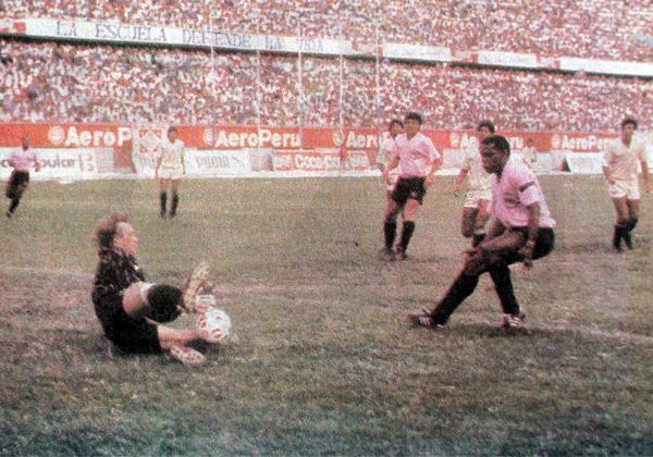El brasileño Claudio Adao permitió con sus goles que en 1990 Sport Boys luche por el título ante Universitario (Recorte: diario El Comercio)