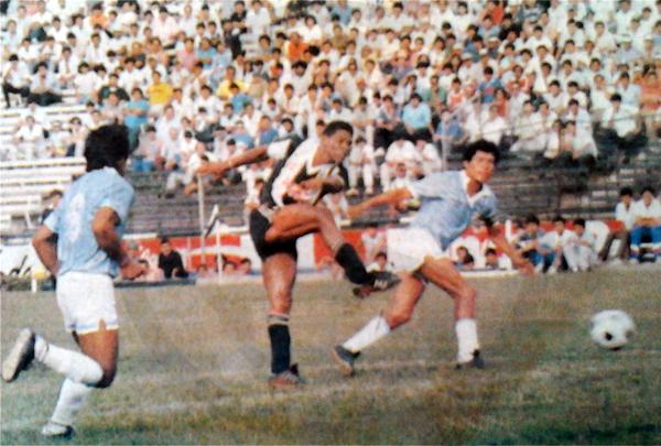 El brasileño Rosinaldo Lopes estampa su gol con un preciso remate sobre el arco de ADT (Recorte: diario El Comercio / suplemento Deporte Total)