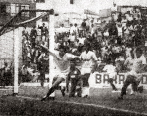 El paraguayo Carlos Galeano ya anidó el balón en las redes del equipo celeste y sale a gritar su gol (Recorte: diario Expreso)