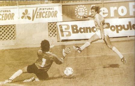 1991: La 'Pepa' en el área, su hábitat natural. En esa temporada, el argentino nacionalizado boliviano fue goleador al marcar 25 tantos con la camiseta de Cristal (Foto: Don Balón Internacional Edición Perú, Nº 7 p. 22)