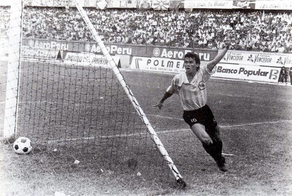 Marquinho, el '10' de Boys en esos años, marcó de penal el 3-3 con el que Boys y Universitario cerraron el tiempo regular en el último partido de la temporada 1991 (Foto: libro '¡Vamos Boys!', Teodoro Salazar Canaval)