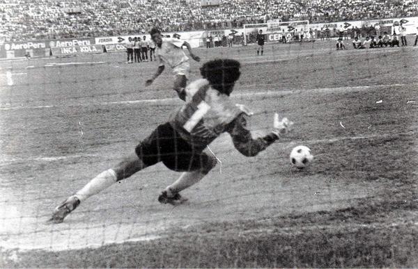 Jacinto Rodríguez se apresta a detener el penal de 'Balán' Gonzales en la definición que le dio a Boys su segunda clasificación a la Copa Libertadores (Foto: libro '¡Vamos Boys!', Teodoro Salazar Canaval)