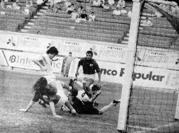 Carlos Castagneto cubre la pelota ante una arremetida de Rubén González durante el partido que Cristal le ganó a San Agustín en el Regional I (Recorte: diario El Comercio)