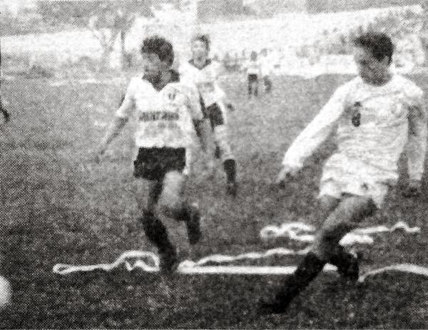 Roberto Martínez enfila un remate mientras la defensa del Huayllaspanca solo atina a mirar el balón (Recorte: diario Expreso)