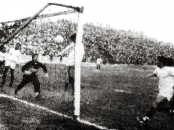 Gol de cabeza de Alfonso Yáñez en el arco del arquero Sacha la vez que Universitario le cortó el camino al Huayllaspanca en el Octogonal del '91 (Recorte: diario Ojo)