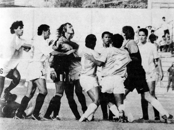 El primer encuentro de 1991 entre Universitario y Cristal exacerbó los ánimos de muchos, hasta de los arqueros Juan Carlos Zubzuck y Castagneto que aquí se trenzan en una fuerte discusión (Recorte: diario El Comercio)