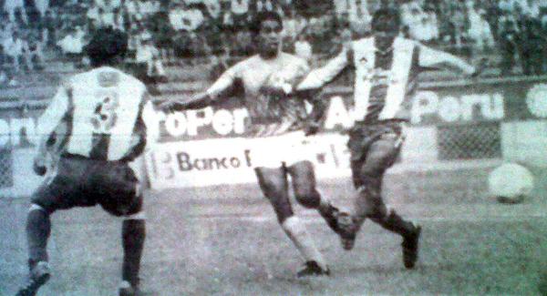 Marco Lovera apura en esta acción a Pedro Novella antes que Juan Reynoso, de espalda en la imagen, llegara a cortar el balón (Recorte: diario Expreso)