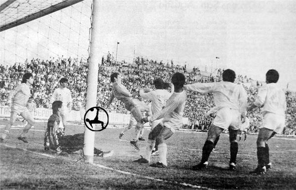 Rodman Barbagelatta revienta la pelota para salvar su arco ante Uniiversitario (Recorte: diario El Comercio)