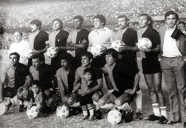 El Melgar campeón de 1981 que con Máximo Carrasco, que aquí brinda declaraciones a la prensa, obtuvo su único título profesional (Foto: wilbercarrion.com)