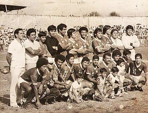 El CNI de 1983 que con Carrasco como técnico, el segundo de los parados desde la izquierda, se convirtió en uno de los animadores de la temporada (Foto: Facebook)