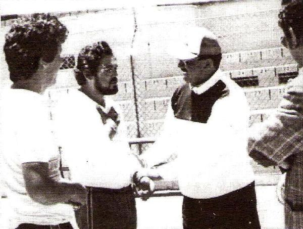 El saludo entre Máximo Carrasco y Marcos Calderón, dos renombrados técnicos peruanos (Foto: libro 'Melgar... una pasión', Hernán Valencia y Gustavo Chávez)