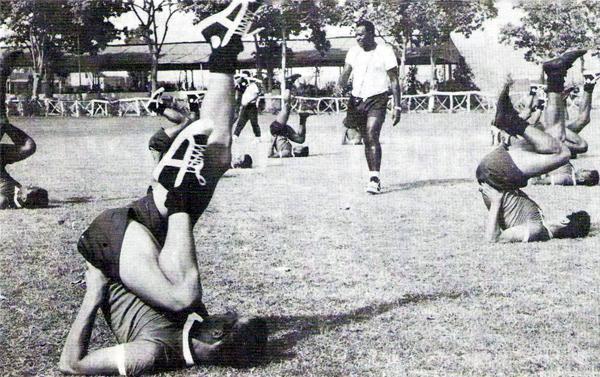 Un entrenamiento de Alianza Lima con Jaime de Almeyda a la cabeza (Foto: libro '¡Arriba Alianza...!, Teodoro Salazar Canaval)