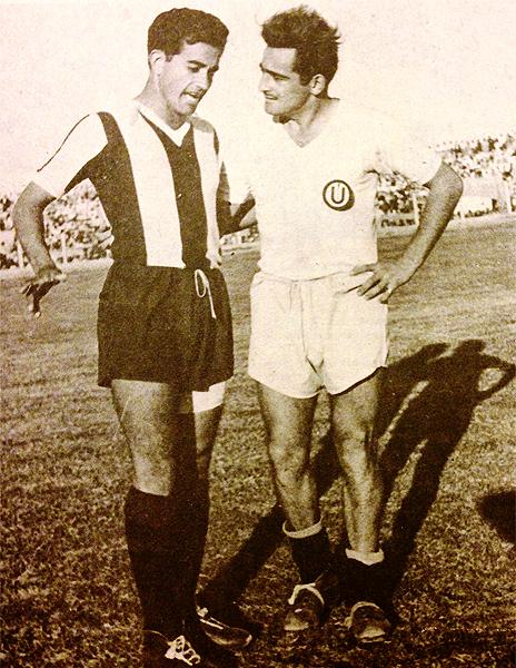 Delgado y 'Toto' con las camisetas que defendieron con pasión en su época de futbolistas (Recorte: revista Ovación)