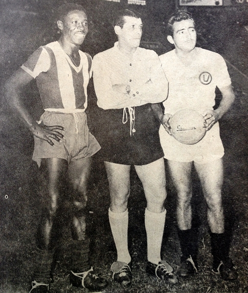 Alberto 'Toto' Terry fue líder y capitán de Universitario, como en esta imagen en la que aparece junto a Cornelio Heredia, el capitán de Alianza (Recorte: revista Ovación)