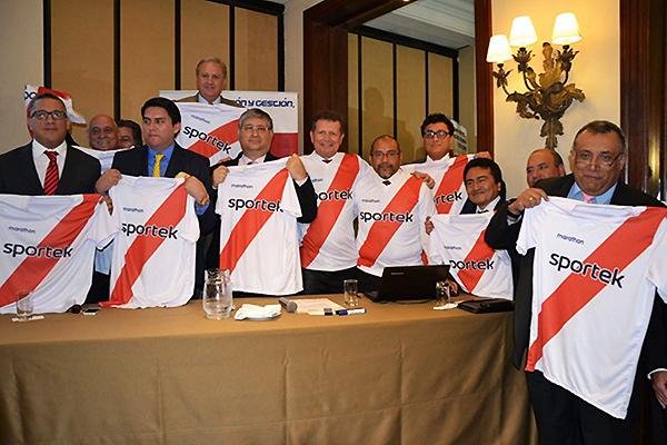 Óscar Vega y la junta directiva del Deportivo Municipal para el periodo 2015-2017 (Foto: Andina)