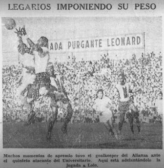 El arquero Téodulo Legario, tío abuelo de Juan Jayo, atenaza un balón ante la arremetida de 'Lolo' (Recorte: La Prensa, 27/11/45 p. 12)