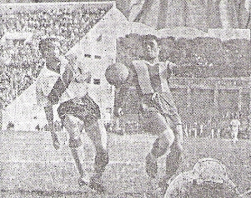 El 'Feo' Salinas se lleva el balón ante la marca de Cabada. Al fondo, la Popular Sur, primera tribuna del nuevo estadio Nacional en estar construida (Recorte: diario La Crónica)