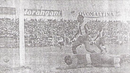 Legario cae vencido por un remate de la delantera edil. Impotente, 'Patrullero' González observa cómo el balón se cuela en el pórtico íntimo (Recorte: diario La Crónica)