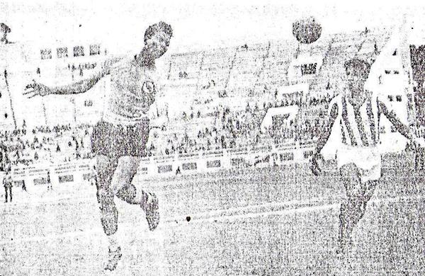 El gran Valeriano López anota con un potente golpe de cabeza uno de los goles en el 10-2 que Boys le encajó al Chalaco en 1951 (Recorte: diario La Crónica)