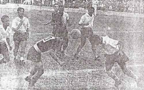Escena del partido Sucre - Iqueño disputado la misma semana en que se quiso, frustradamente, traer a los jugadores argentinos. (Recorte: diario La Crónica)