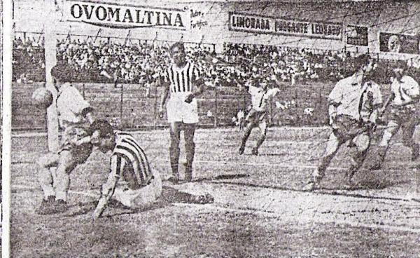 Preciso instante en que Vargas de Ciclista Lima, en su afán por despejar el balón, lo introdujo en su propia valla. Era el primero de Unión Callao, el primero de la era profesional en el fútbol peruano (Recorte: diario La Prensa)