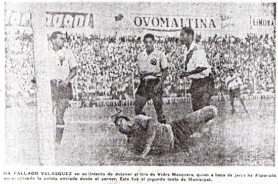 'Vides' Mosquera se encuentra con el balón en el área chica para anidarla en el arco de Velásquez, quien yace vencido en el suelo. Era el gol que cerraría el 3-2 que lució el marcador (Recorte: diario La Crónica)