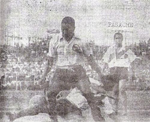 Otra de 'Willy', barrido ante la recia marca edil. Al fondo, Pasache observa la acción (Recorte: diario La Crónica)