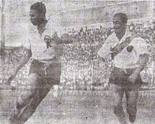 De pie los que quieran: estos son Valeriano López y 'Tito' Drago en acción en aquel partido de 1951. ¡Qué tiempos para rosados y ediles! (Recorte: diario La Crónica)