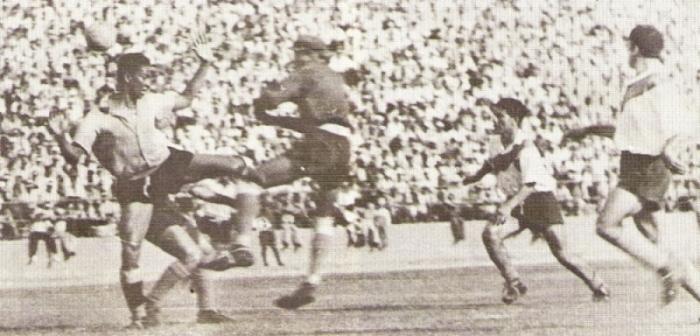Valeriano López carga al arquero edil Luis Suárez en el partido que Boys logró el título de 1951 (Foto: libro '¡Vamos Boys!', Teodoro Salazar Canaval)