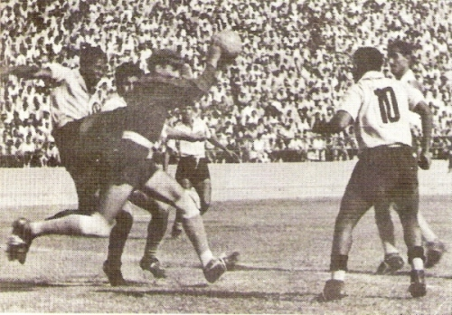 El 'Flaco' Suárez corta en forma certera una carga de Barbadillo (Foto: libro '¡Vamos Boys!', Teodoro Salazar Canaval)