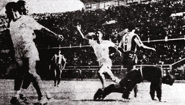 René 'La Lora' Gutiérrez va en busca de 'Lolo' luego del primer gol crema (Foto: Libro 'Lolo, ídolo eterno', Teodoro Salazar Canaval)